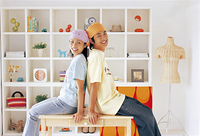テーブルに座るカップルと白い棚