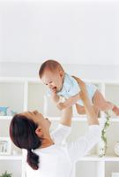 ママと赤ちゃんと白い棚 高い高い