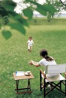 芝生で遊ぶママと赤ちゃん
