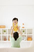 ママが高い高いして遊ぶ赤ちゃん