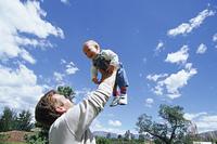 パパと幼児(高い高い)