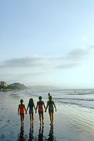 砂浜を歩く水着の子供達