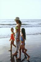 砂浜を歩く母子
