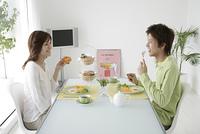 朝食を食べるカップル