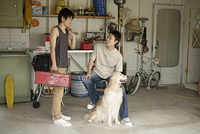 ガレージの若者達とイヌ