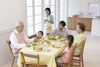 朝食を食べる3世代ファミリー