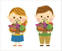 秋の食材を持つ男女