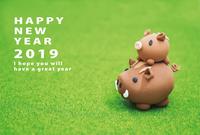 2019年亥年 親子イノシシの年賀状テンプレート