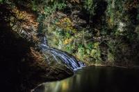 秋のライトアップされた粟又の滝の風景