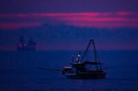 夜明け前の漁船