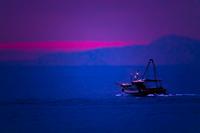 夜明け前の漁り船