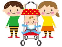 ベビーカーに乗る赤ちゃんと兄と姉