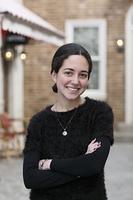 海外イメージの街に立つ外国人の若い女性のポートレート