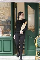 パンを買う外国人の若い女性