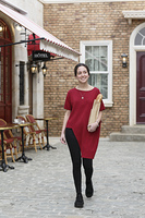 パンを抱えて歩く外国人の若い女性