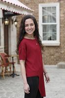 海外イメージの街に立つ外国人の若い女性