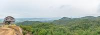 総社平野を見下ろす鬼ノ城の風景