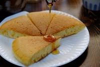ホットケーキに蜂蜜をかけているところ