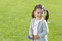 花を持って微笑む女の子