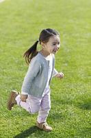 楽しそうに公園を走る女の子