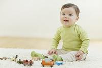 リビングで遊ぶ笑顔の赤ちゃん