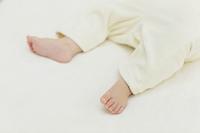 眠る赤ちゃんの足