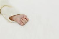 眠る赤ちゃんの手