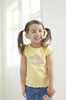 リビングに立つ笑顔の女の子