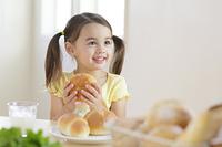 朝食を食べる女の子