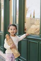パン屋で買物をした女の子
