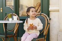 カフェでくつろぐ小さな女の子