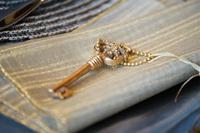 布の上の金色の鍵