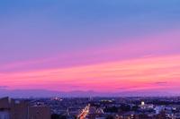 夕焼けの空と街明かり