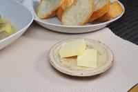 小皿に取り分けたバター