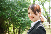 笑顔で営業をする若いビジネスウーマン
