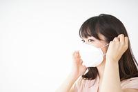 マスクをする若い女性