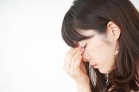 頭痛に苦しむ若い女性