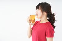 運動後にビールを飲む若い女性