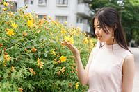 植物を鑑賞する若い女性