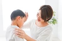 泣く男の子とお母さん