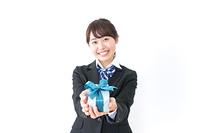プレゼントを渡す女子高生