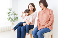 イスに座る三世代