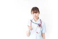 注意をする看護師