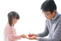 折り紙をする子どもとお父さん