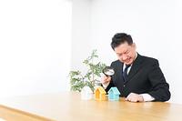 不動産の調査をするビジネスパーソン