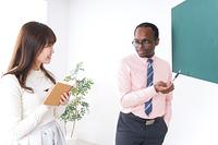 英会話教室で勉強する若い女性