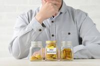 退職後の資金の準備をする男性