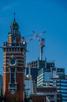 横浜みなとみらいの街並みと高層マンションの建設風景