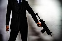 マシンガンを持つ戦うビジネスマン