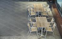 広場のテーブルと椅子